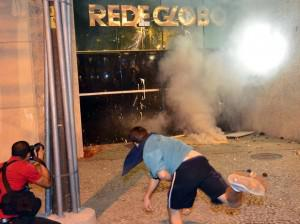Protesters throw rocks at Globo's offices in Rio (Photo by Daniel Ramalho/Terra)