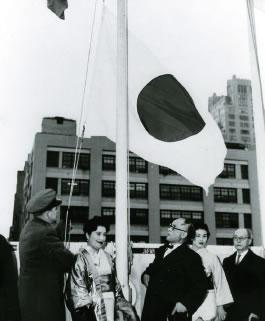 English: The Japanese flag being raised a the ...