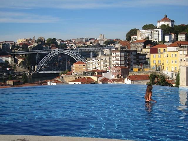 An infinity pool on the Yeatman hillside…again with the bridge behind