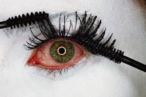 Irving Penn, Mascara Wars, New York, 2001, photo courtesy Condé Nast Publications