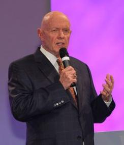 English: Stephen Covey at the FMI Show, Palest...