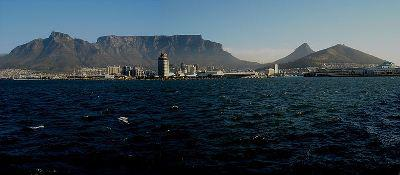 Iconic Table Mountain overlooks the city of Cape Town, which sits between the massive peak and the ocean. Photo: Wikipedia