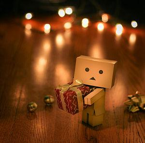 English: Danboard holding a Christmas gift.