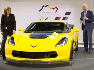 GM CEO Mary Barra and U.S. Vice President Joe Biden check out the 2015 Chevy Corvette Z06 in Detroit. (Credit: Chevrolet)