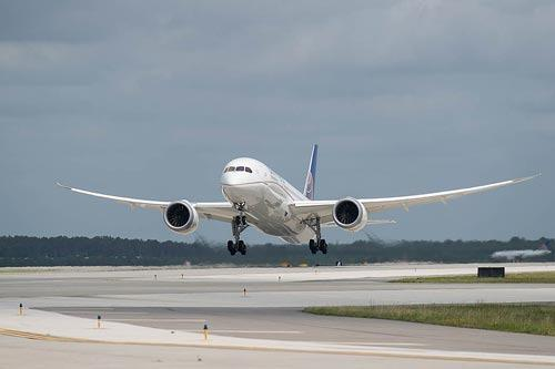 United Airlines 787 Taking Off