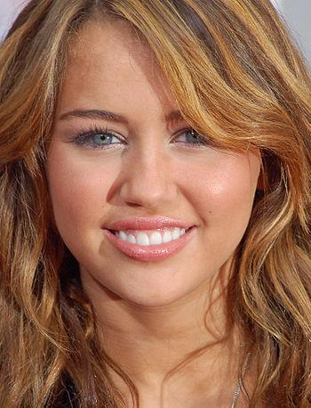 English: Miley Cyrus at the premiere for Hanna...