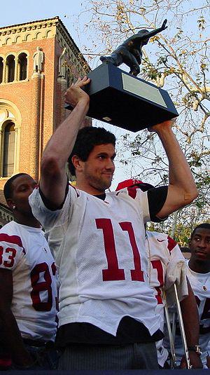 English: Leinart holding his Heisman trophy at...