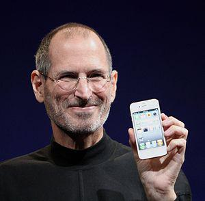 English: Steve Jobs shows off the white iPhone...