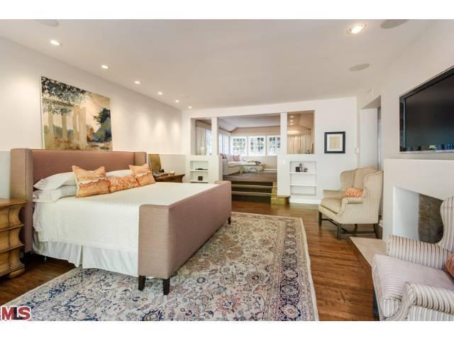 Jodie foster puts hollywood mansion on the market for 6 4 million Step up master bedroom